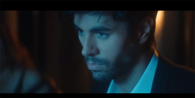 foto ENRIQUE IGLESIAS il nuovo SuperHot video de EL BAÑO
